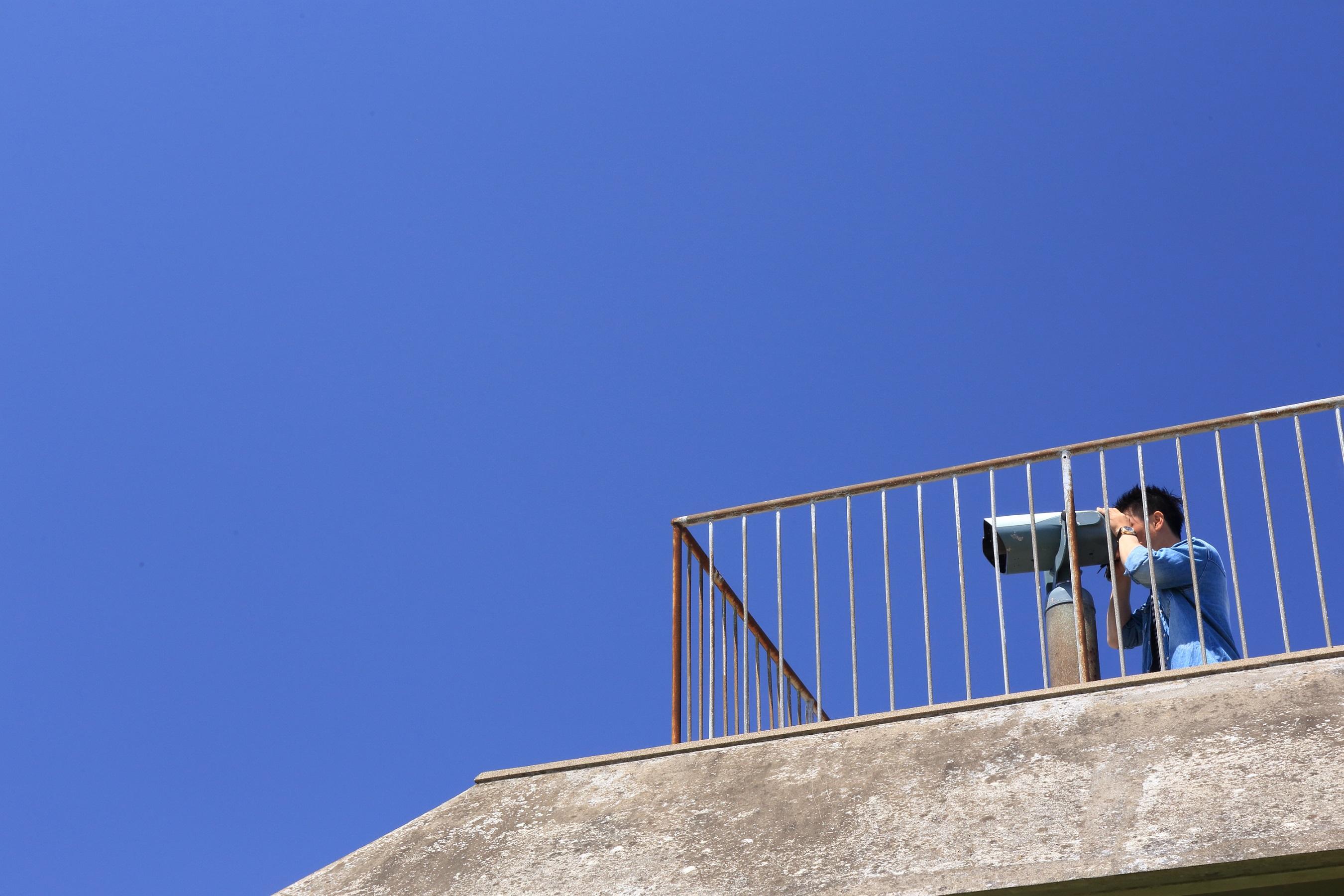 望遠鏡を覗く人