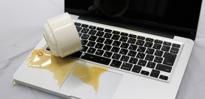 キーボードにコーヒー