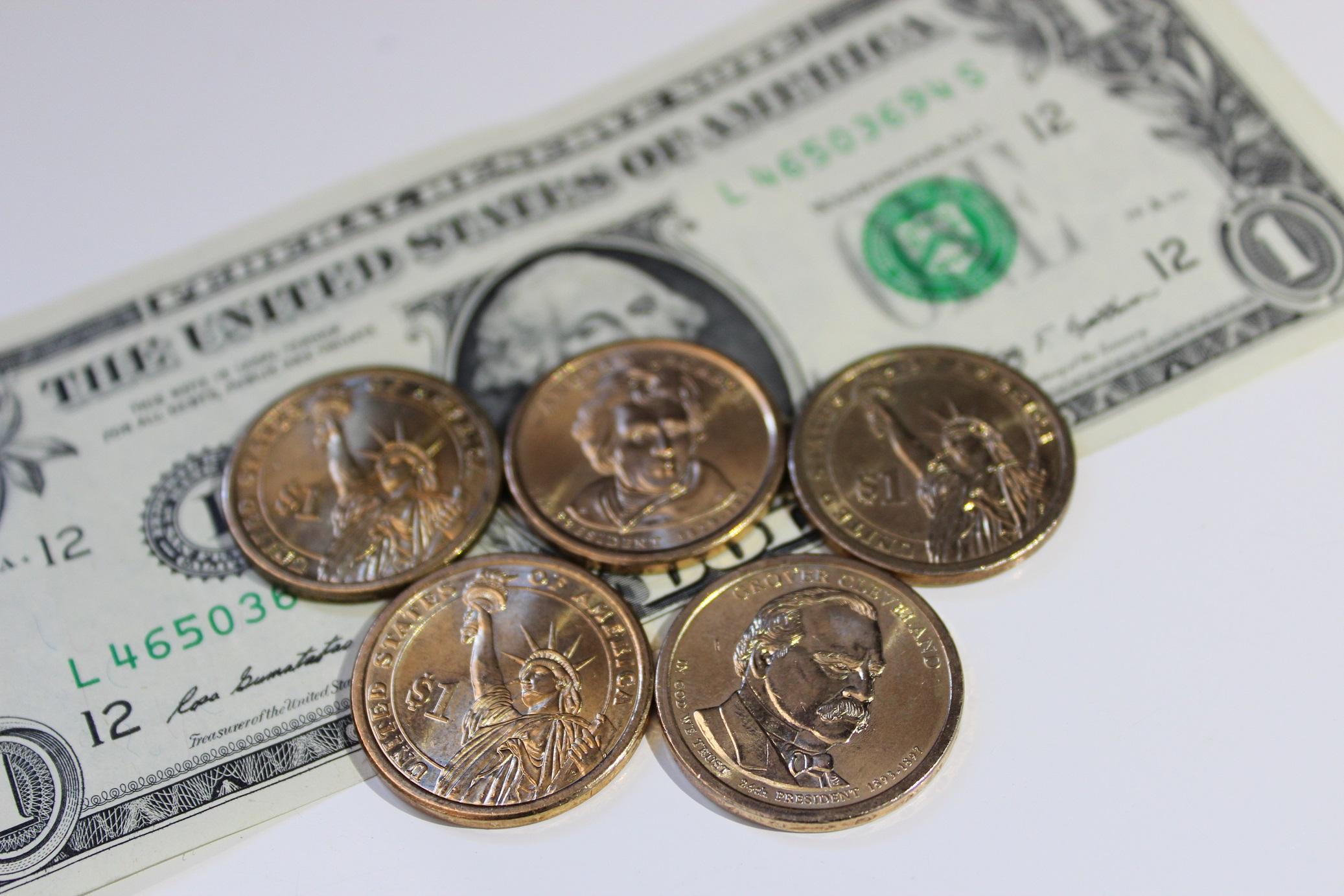 1ドル札とコイン